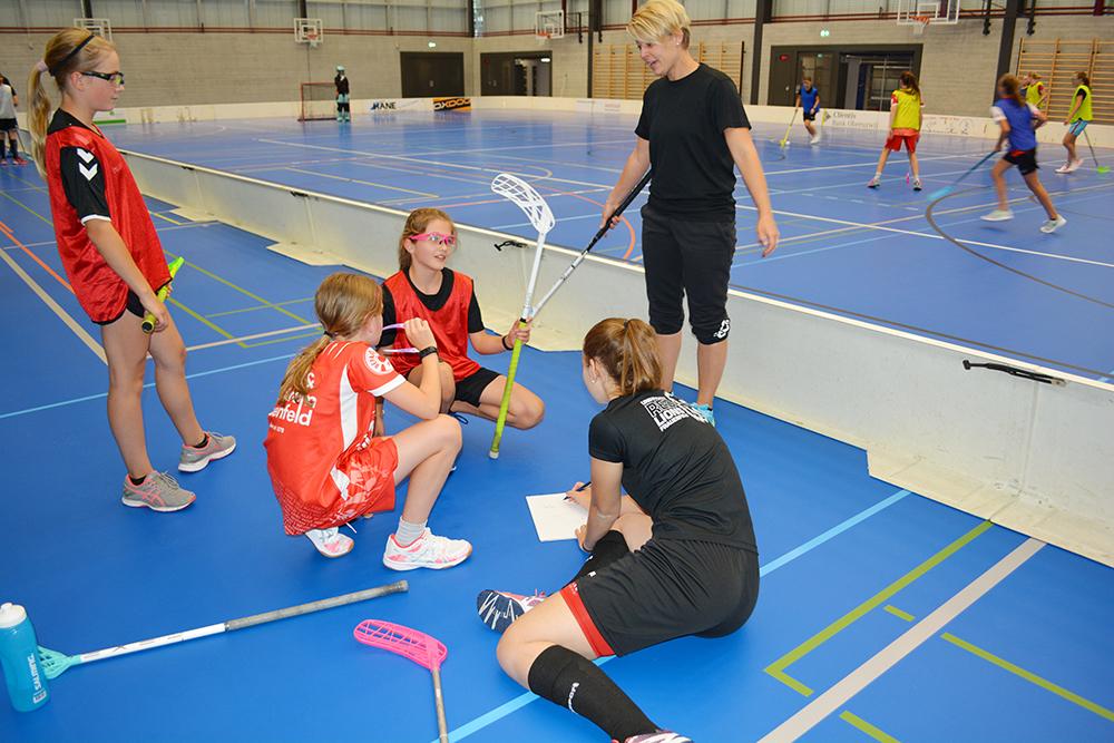 Melanie Helbling und Anina Beck im Austausch mit den Spielerinnen.