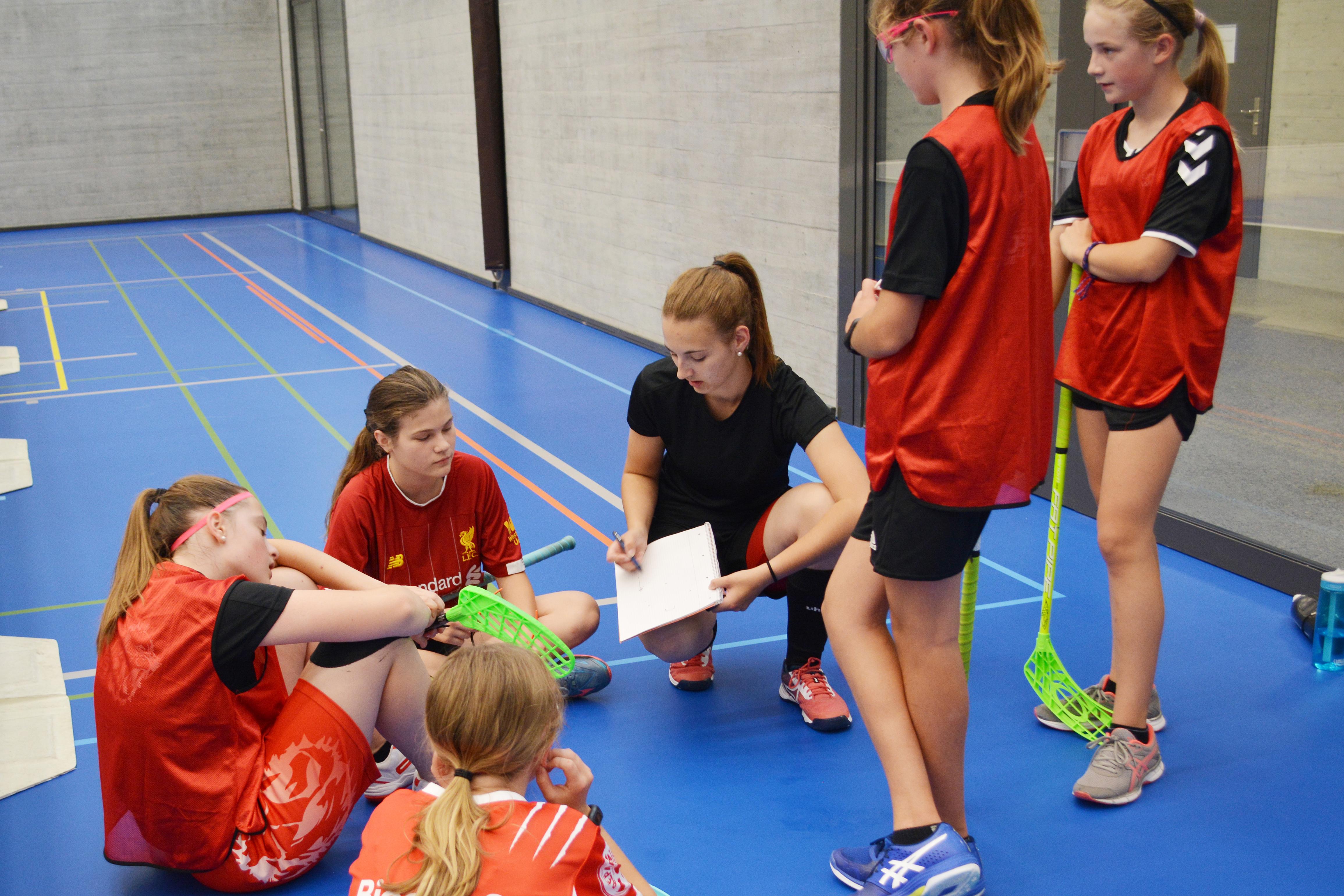 Anina erklärt den jungen Spielerinnen taktische Spielzüge (Archivbild)