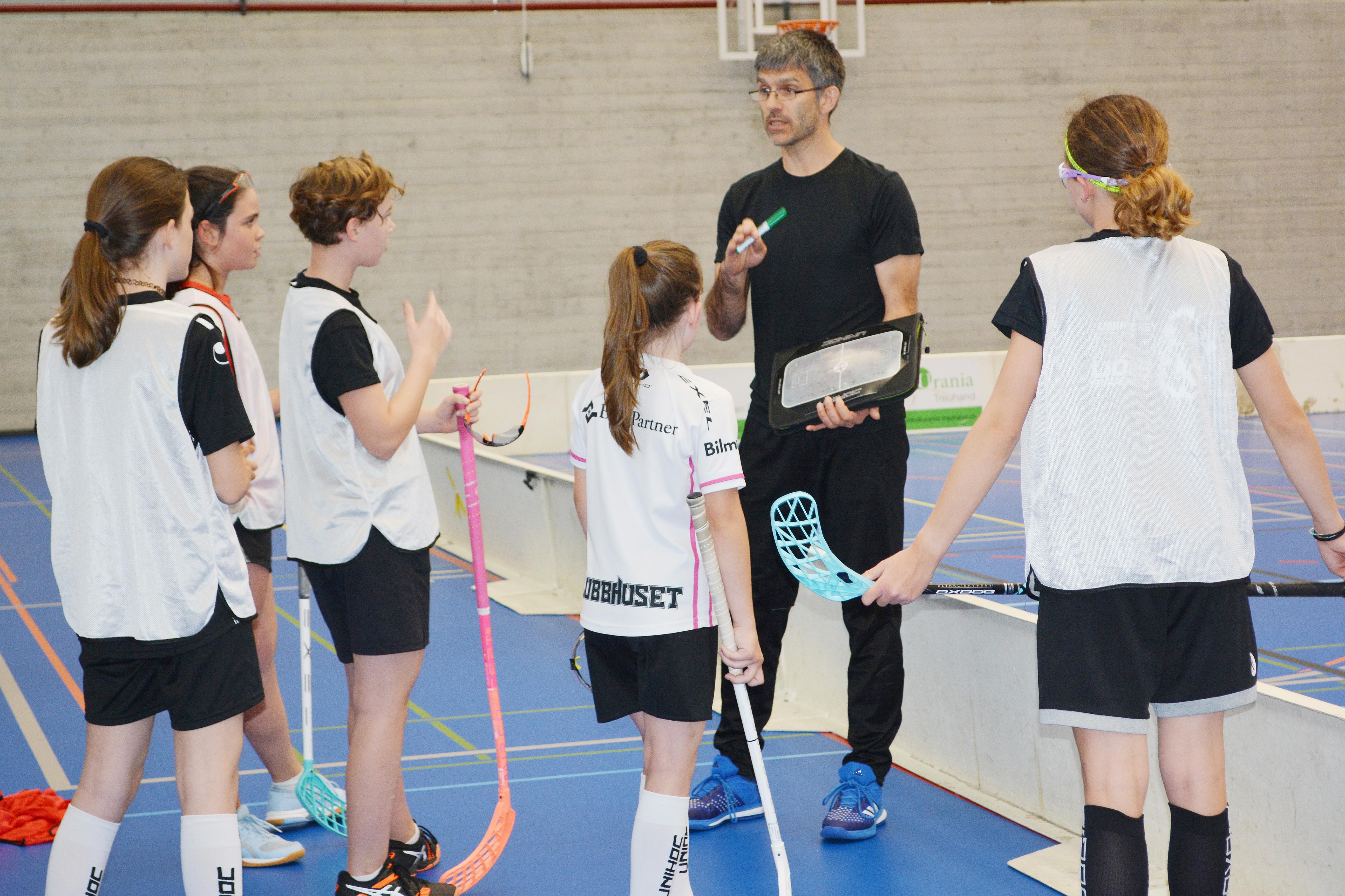 Das Trainer-Team setzen auf Ausbildung, Armin erklärt taktische Spielzüge (Archivbild).