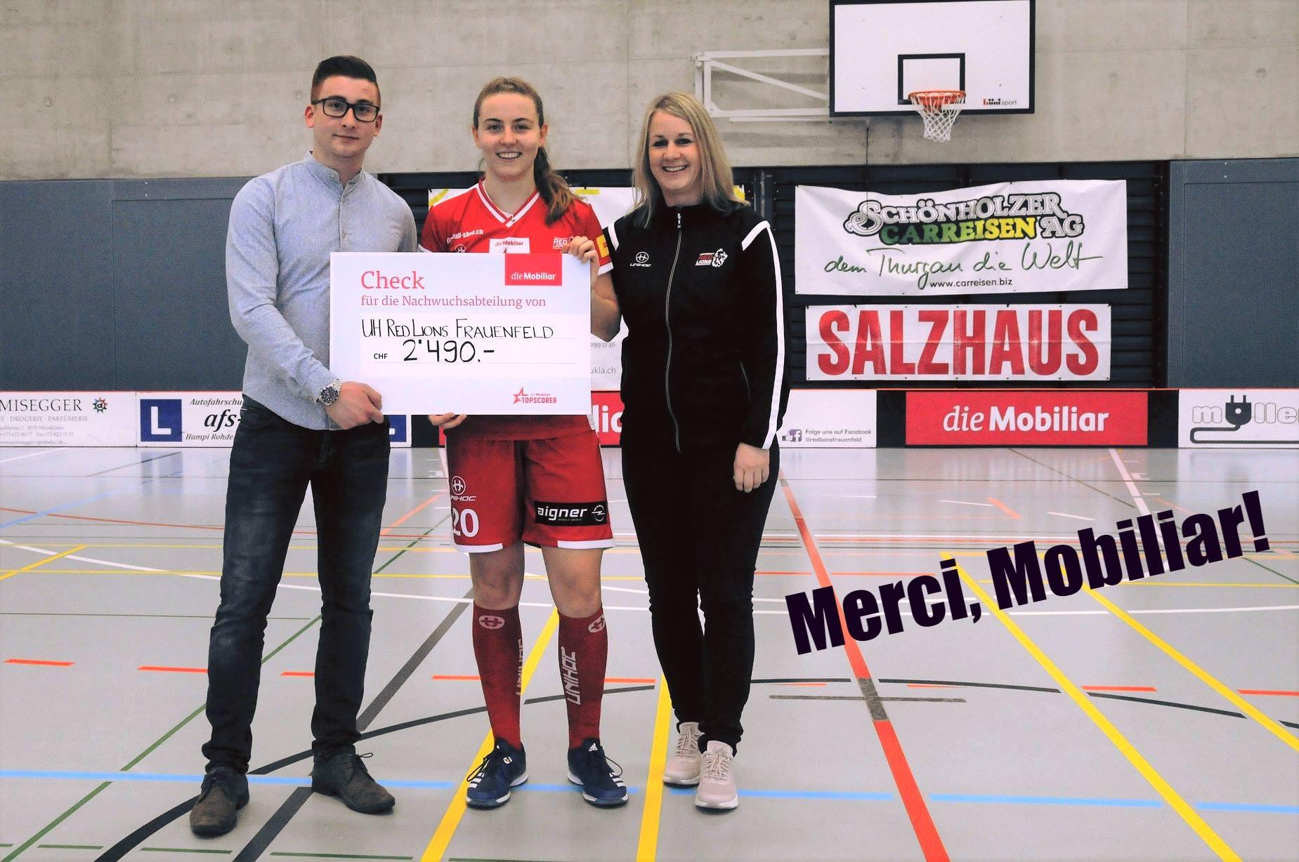 Mobiliar-Topscorerin Carola Kuhn und die damalige Sportchefin Diana Schönwetter; links: Chiaro Tomaselli, Mobiliaragentur Frauenfeld