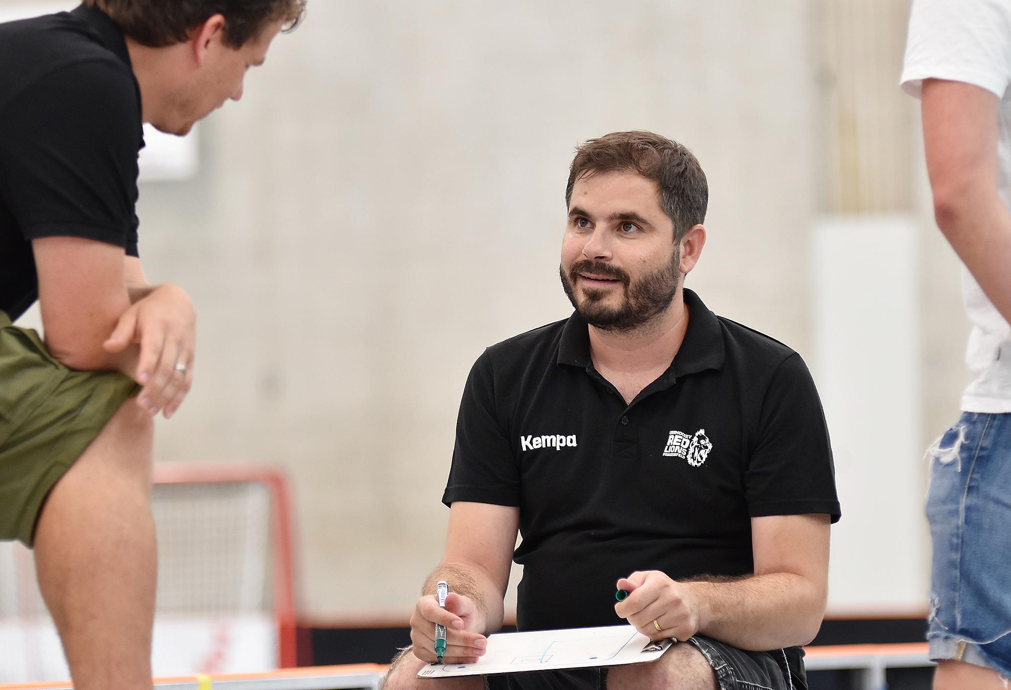 Das Team bedankt sich bei Head-Coach Urs Ambühl, der eine Pause einlegt. (Archivbild)