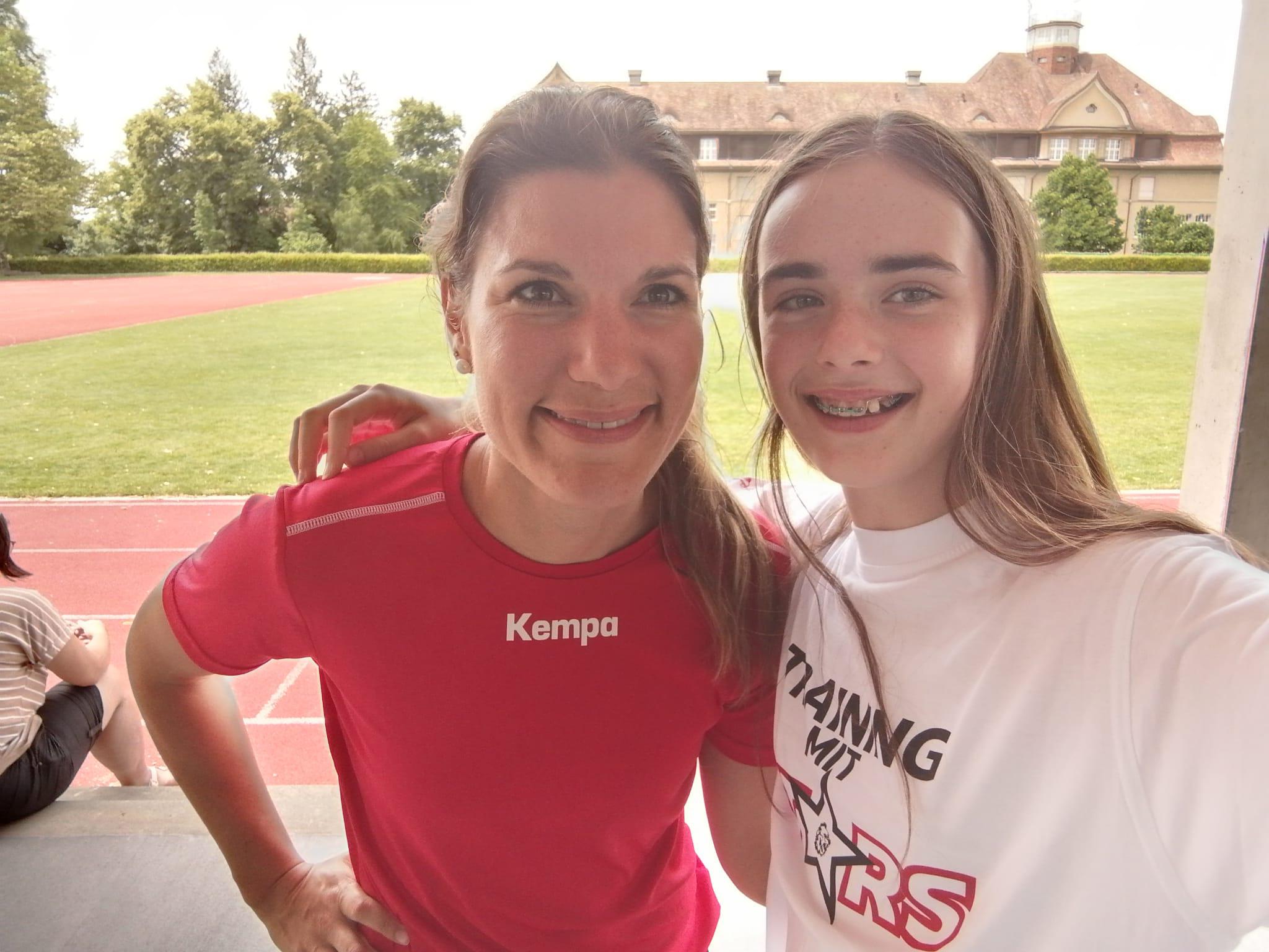 Glückliche Juniorinnen. Überraschungsgast Mäggi Scheidegger gab Tipps beim Testspiel der U17.