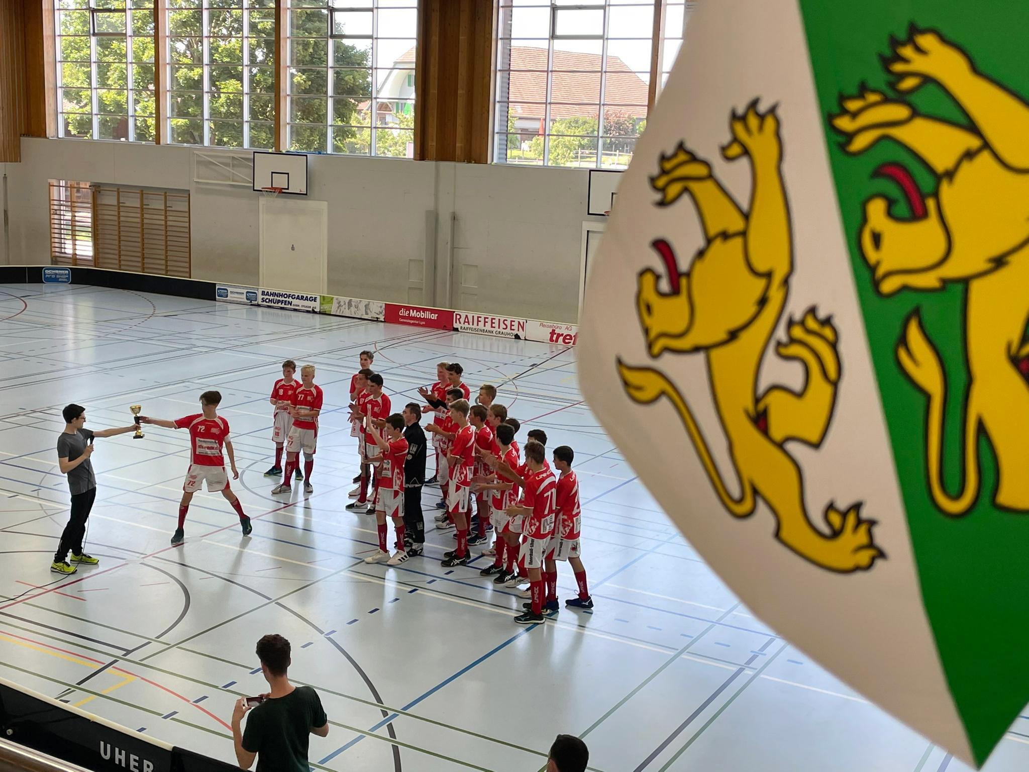Coronaconforme Pokalübergabe. Comeback-Cup-Sieger 2021: Das U16-Team der UH Red Lions Frauenfeld.